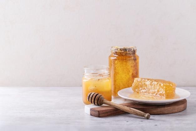 Honing in pot met honingraat