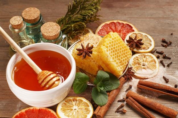 Honing, kaneel en gedroogde vruchten op een houten tafel. gezond eten.