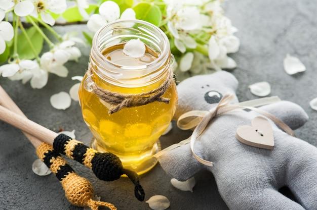 Honing met bloesems en houten lepels