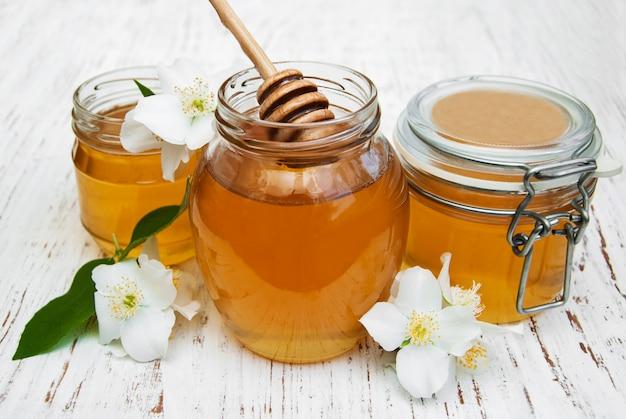 Honing met jasmijnbloemen