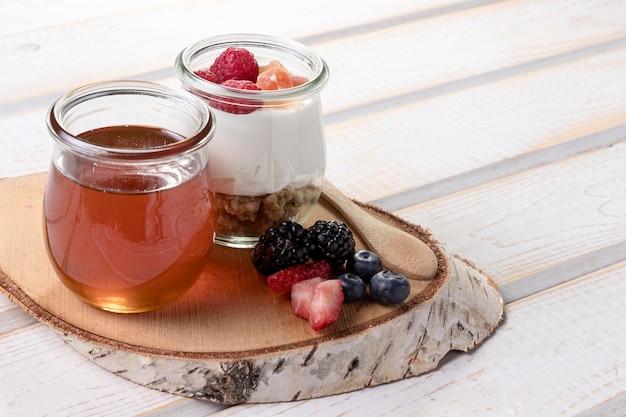 Honing met yougurt op bureau