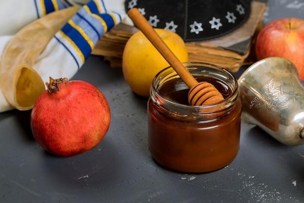 Honing op de granaatappel en appels.