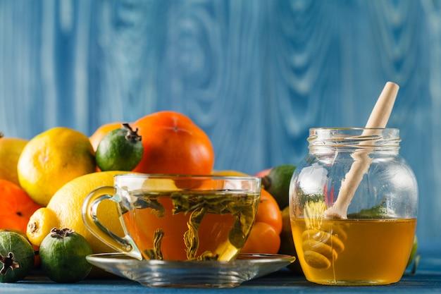 Honing pot en verse appels met granaatappel over groene bokeh achtergrond