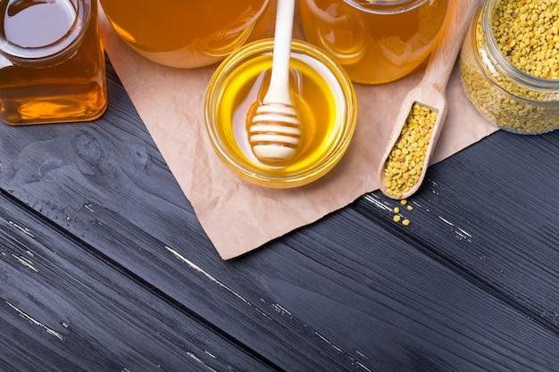 Honing potten met stok op houten tafel