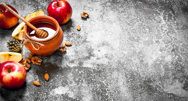 Honing tafel. honing in pot met appels en noten. op rustieke tafel.