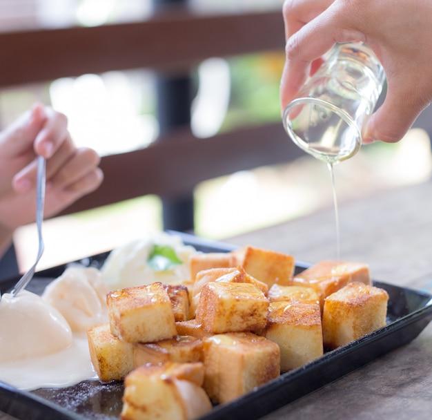 Honing toast. brood beboterde toast