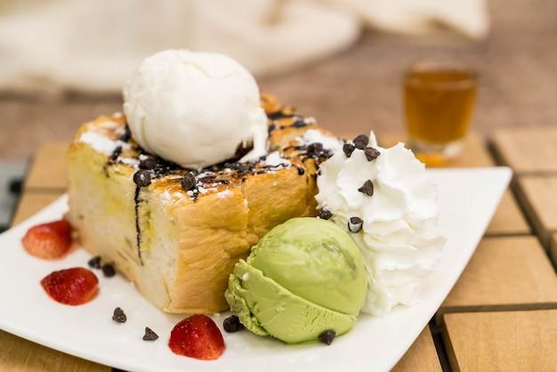 Honing toast met aardbei, vanille en groene thee ijs