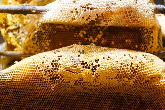 Honing van de bijenkorf maken in honingraten voor verkopen in de markt