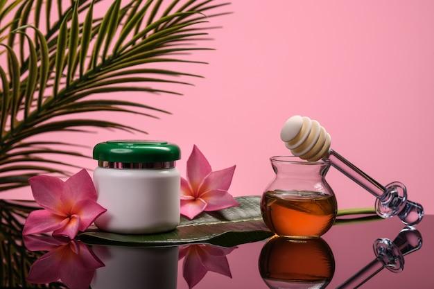 Honing wrap. potten met cosmetica op een studio achtergrond. organische producten. spa en massage