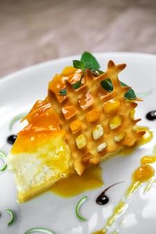 Honing wrongel dessert met muntblaadjes erop