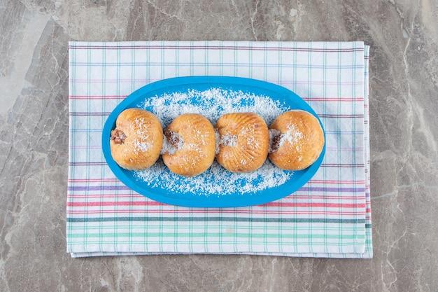 Honing zandkoek op een houten plaat op theedoek op marmer.