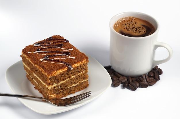 Honingcake en kopje koffie op wit