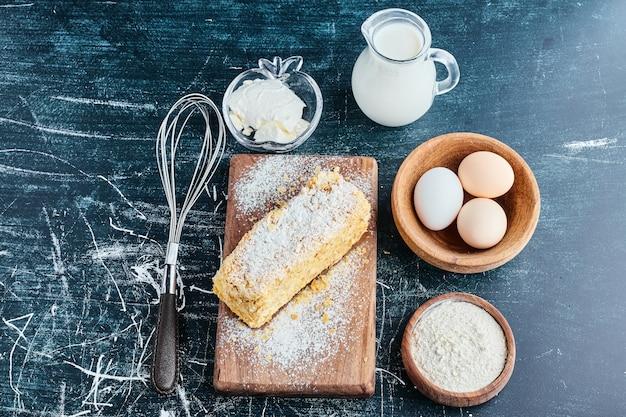 Honingcake met ingrediënten rond.