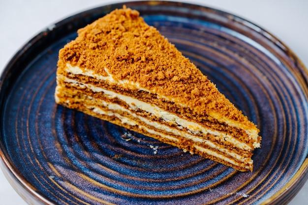 Honingcake met meerdere lagen room