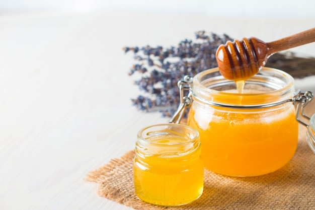 Honingdipper en honingraat. noten en appels met honing en noten van verschillende soorten