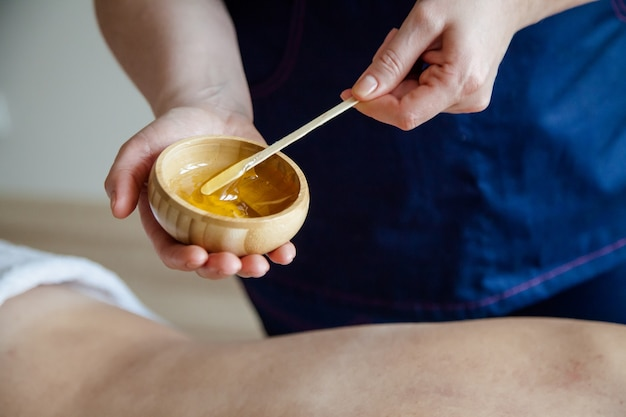 Honingmassageconcept gezondheidszorgconcept massagetherapeut die de honingmassage doet