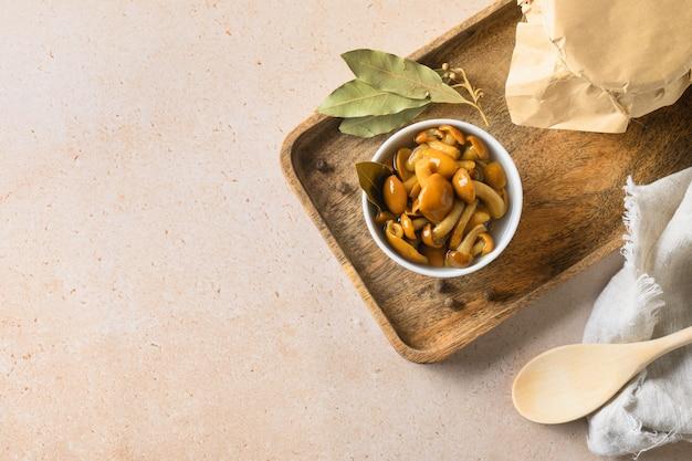Honingpaddestoelen geserveerd met laurierblad in kom