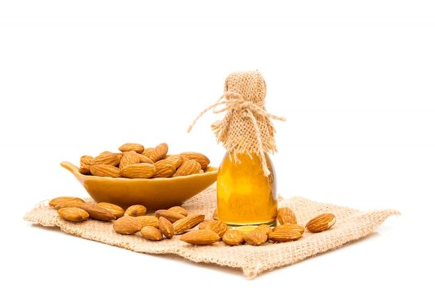 Honingpot en amandelen op wit