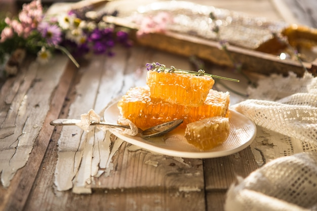 Honingraat en houten honing beer. rauwe honing. natuurlijke honing, close-up weergave