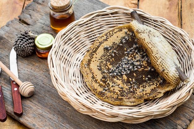 Honingraat in de mand op houten tafel