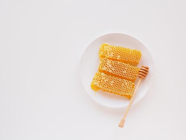 Honingraat met beer op een plaat bovenaanzicht honing