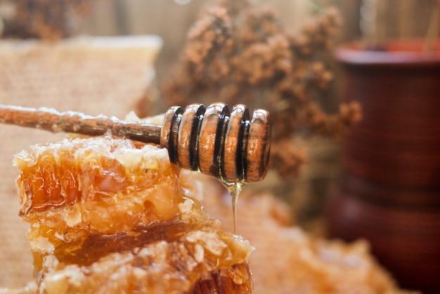 Honingraat met honing lepel