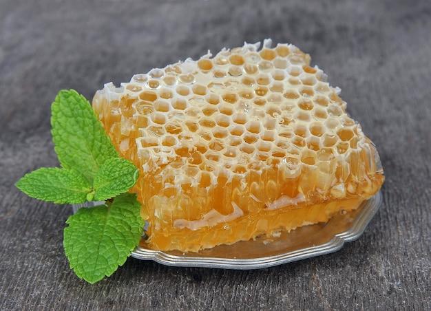 Honingraat met munt op houten tafels