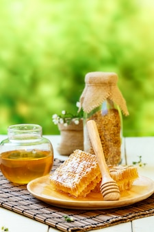 Honingraat met pot en bijenpollen
