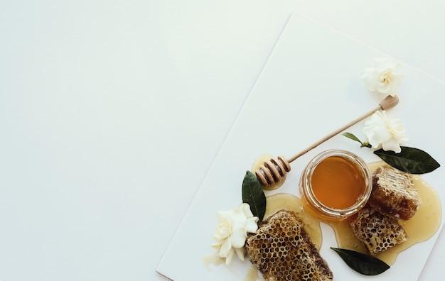 Honingraat met pot en bloemen