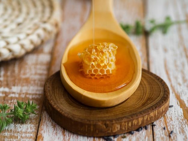 Honingraat op lepel dichte omhooggaand