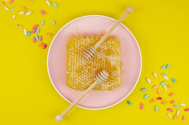 Honingraat op plaat met hagelslag