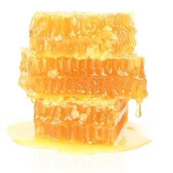 Honingraat op witte achtergrond. nuttig vitaminevoedsel