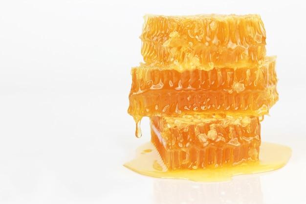 Honingraat op witte achtergrond