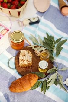 Honingshoningraat op houten plaat