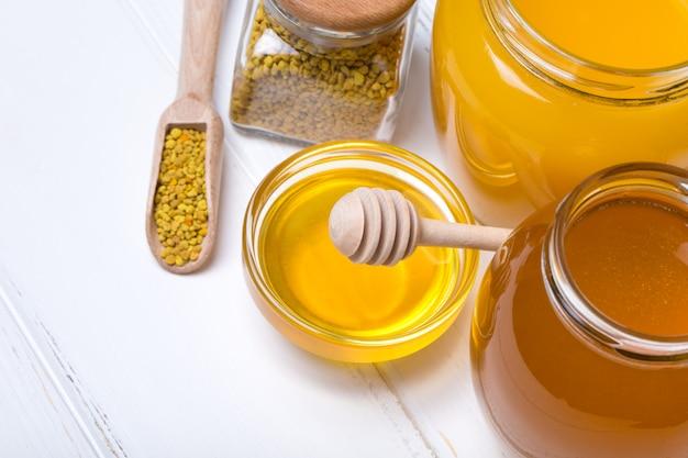 Honingsproducten op houten lijst