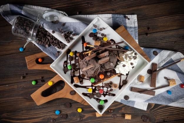 Honingtoost met chocolade-ijs en slagroom