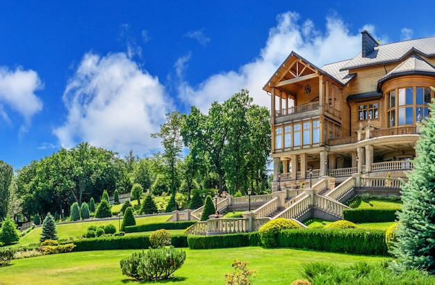 Honka of het belangrijkste houten huis in de mezhyhirya residence, kiev, oekraïne, op een zonnige zomerdag