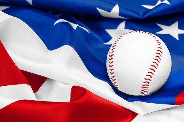 Honkbal met amerikaanse vlag