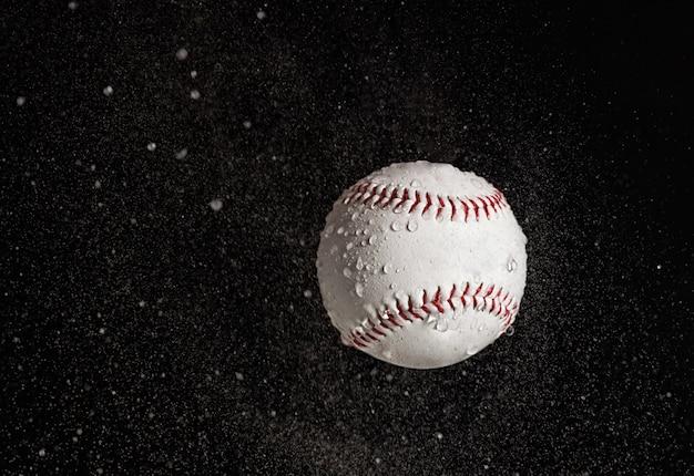 Honkbalbal die in de regen vliegen.
