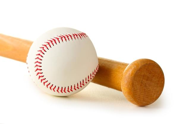Honkbalbal en knuppel op wit wordt geïsoleerd dat Premium Foto