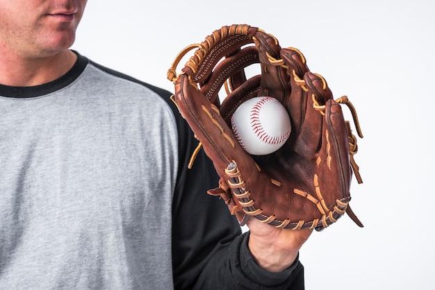 Honkbalhand in handschoen wordt gehouden die