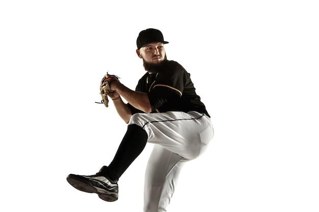 Honkbalspeler in een zwart uniform oefenen en trainen geïsoleerd op een witte achtergrond
