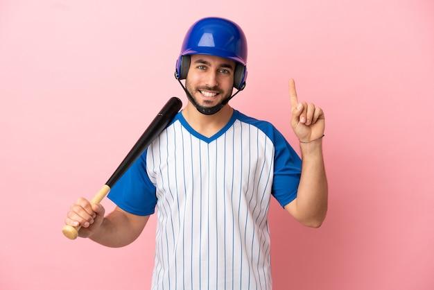 Honkbalspeler met helm en vleermuis geïsoleerd op roze achtergrond die een geweldig idee benadrukt