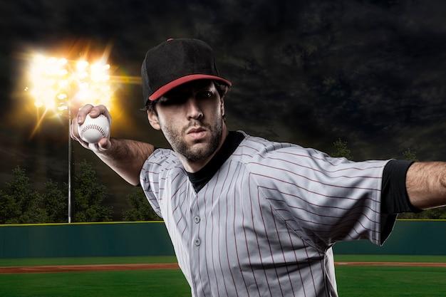 Honkbalspeler op een honkbalstadion. Premium Foto
