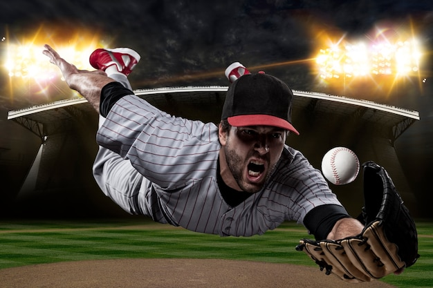Honkbalspeler op een honkbalstadion.