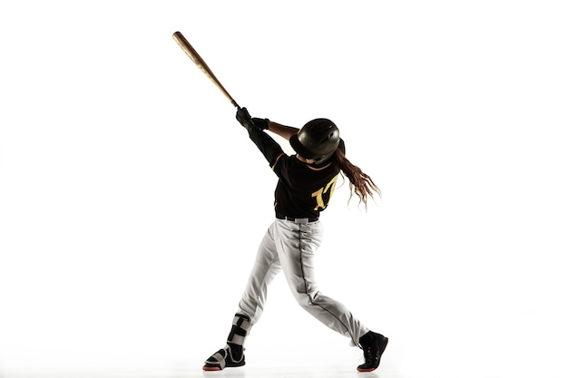 Honkbalspeler, werper in een zwart uniform oefenen en trainen geïsoleerd op een witte achtergrond.