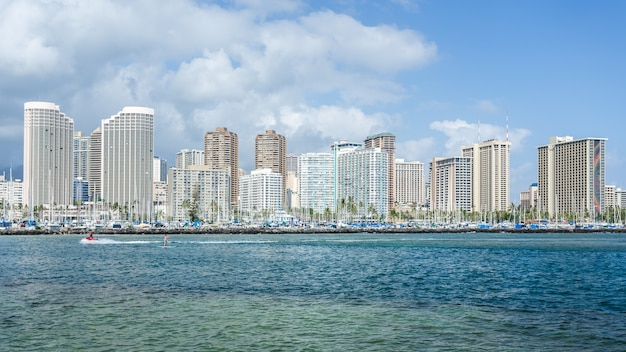Honolulu stadsgezicht met waikiki jachtclub en strandboulevard