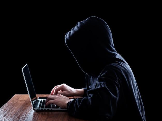 Hooded computerhacker die informatie steelt