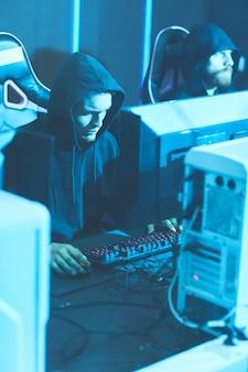 Hooded programmeurs die krachtige computers gebruiken