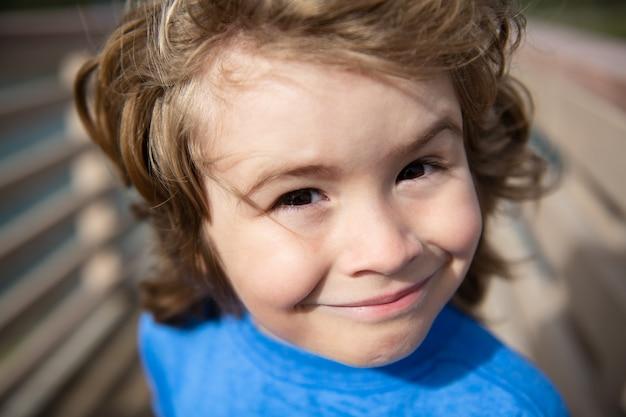 Hoofd close-up. sluit omhoog hoofdschot van kind. kinderen gezicht, kleine jongen portret.